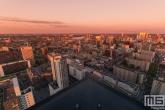 De skyline van Rotterdam Centrum tijdens de zonsondergang