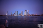 De skyline van Rotterdam tijdens het blauw uurtje