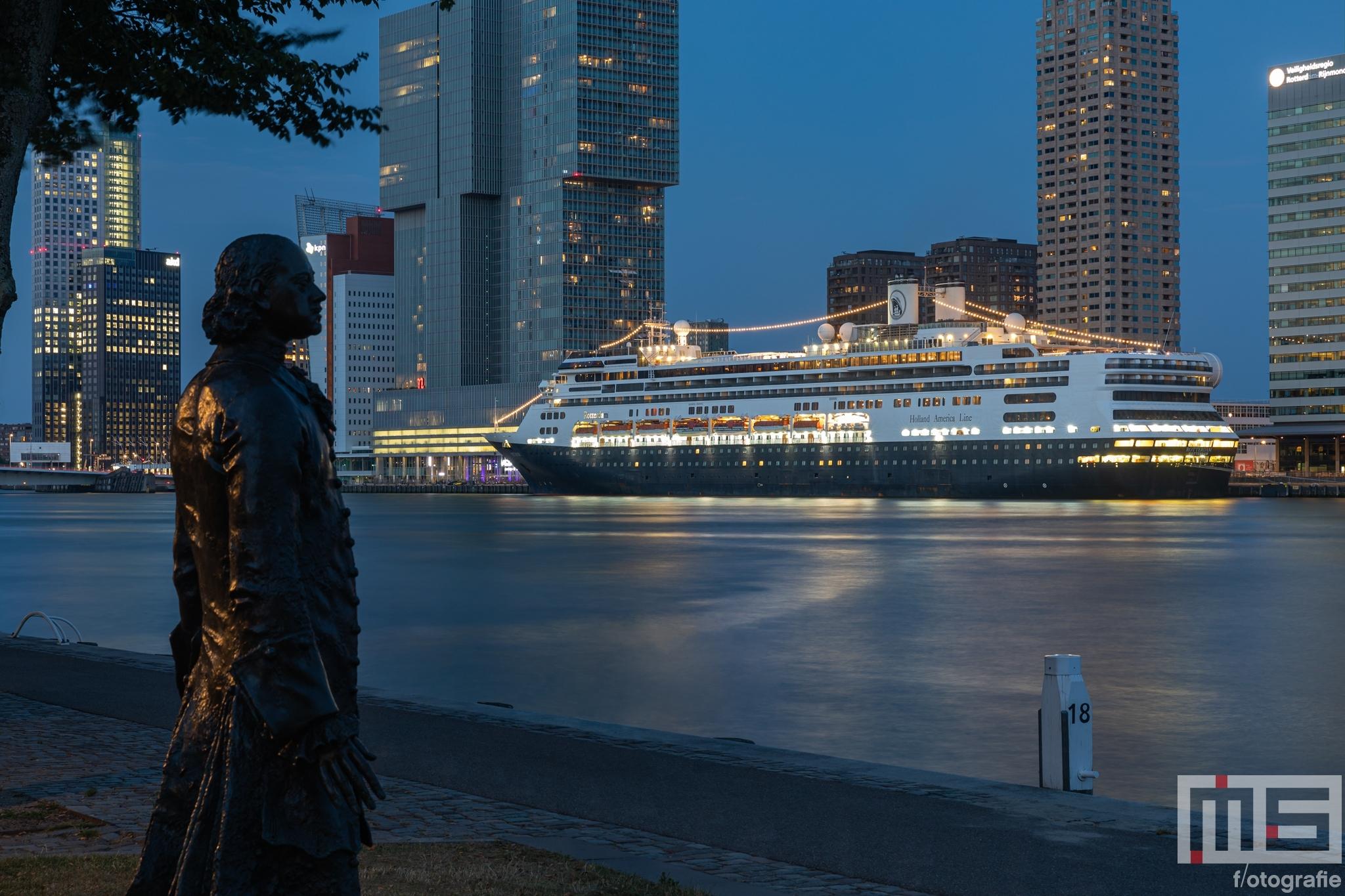 Te Koop   Het cruiseschip MS Rotterdam voor de laatste keer in Rotterdam