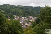 Het uitzicht op het dorp Vianden in Luxemburg