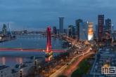 De skyline van Rotterdam met de Willemsbrug, Boompjes en de Erasmusbrug