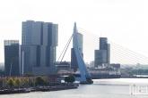 De skyline van Rotterdam met de Erasmusbrug en cruiseschip Ms Rotterdam aan de Cruise Port Rotterdam