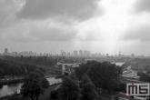 Het uitzicht op de skyline van Rotterdam vanuit Van Nelle Fabriek (UNESCO) in Delfshaven