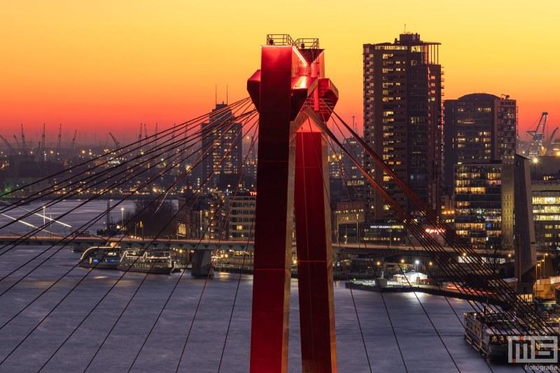 Te Koop   De skyline van Rotterdam met de Willemsbrug tijdens de zonsondergang