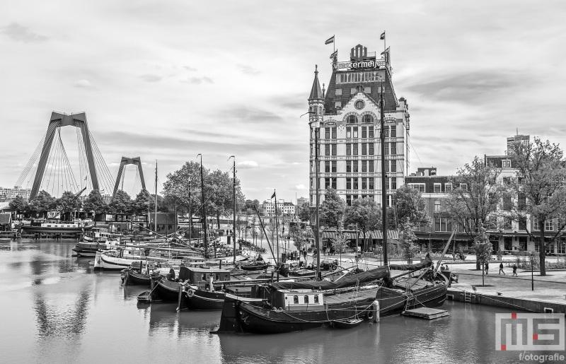 Te Koop   Het Witte Huis in de Oudehaven in Rotterdam met de Willemsbrug op de achtergrond