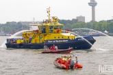 Het sierspuiten van de RPA13 van Port of Rotterdam tijdens de Wereldhavendagen in Rotterdam