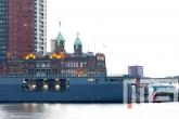 Het marineschip Zr. Ms. Karel Doorman (A833) op de Wereldhavendagen in Rotterdam tijdens schemering