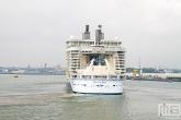 Het vertrek van het cruiseschip Oasis of the Seas in Rotterdam