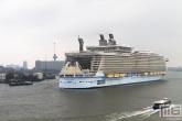 De binnenkomst van het cruiseschip Oasis of the Seas in Rotterdam met de Euromast