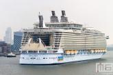 De binnenkomst van het cruiseschip Oasis of the Seas in Rotterdam