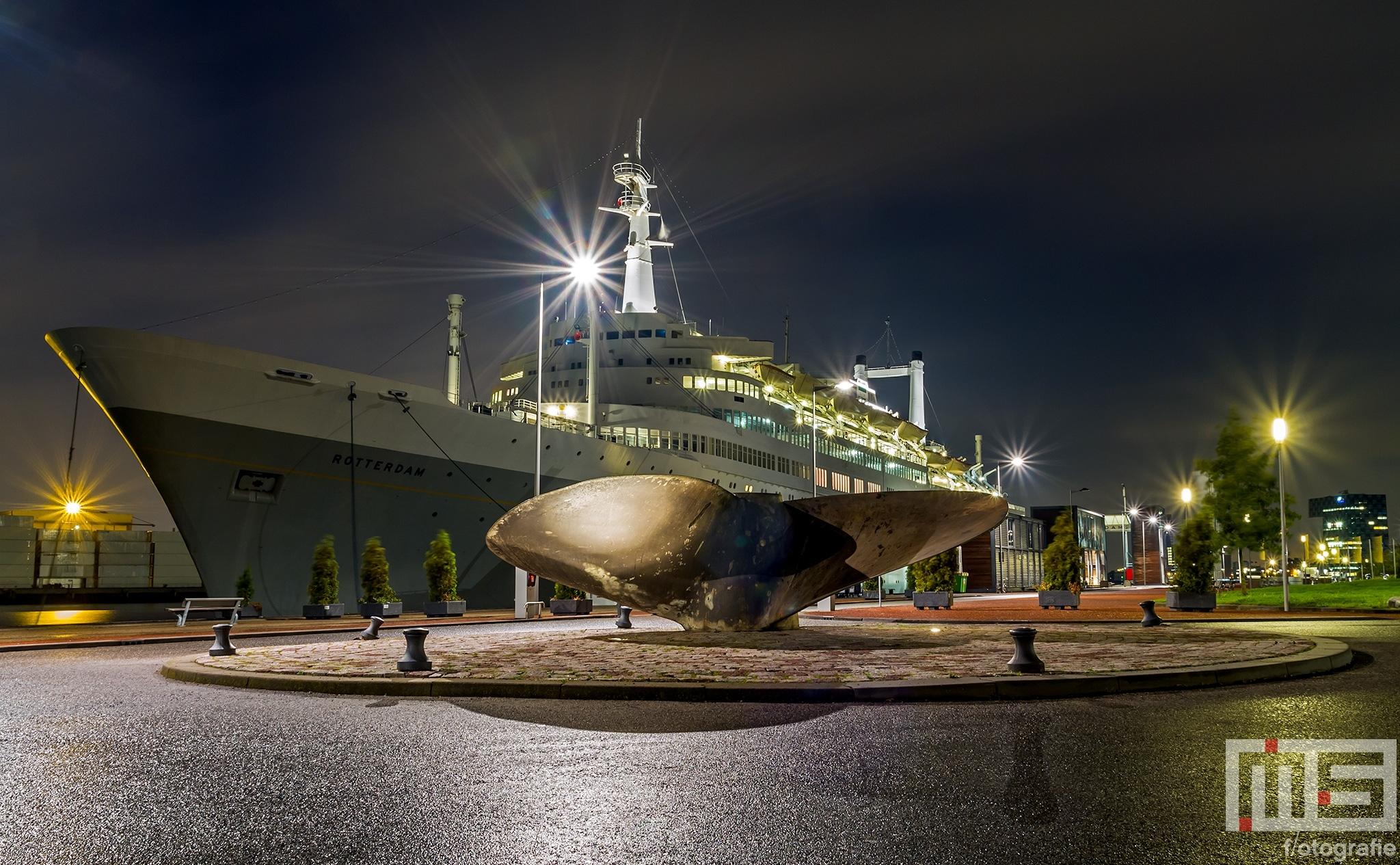 Het cruiseschip ss Rotterdam in Rotterdam Katendrecht in de avonduren