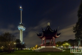 De Chinese pagode in het Euromastpark in Rotterdam by Night
