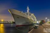 Het cruiseschip ss Rotterdam in Rotterdam Katendrecht tijdens het blauwe uurtje