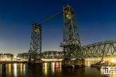De stadsbrug De Hef tussen het Noordereiland en Rotterdam Centrum
