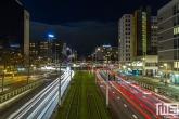 Het Hofplein in Rotterdam met de lichtstrepen van de trams en auto's