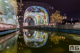 De Markthal Rotterdam in Rotterdam by Night gespiegeld in het water van Station Blaak