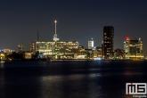 De skyline van Rotterdam vanaf de Sluisjesdijk in het Waalhavengebied