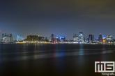 De skyline van Rotterdam over De Maas met de drie stadsbruggen (Erasmusbrug, De Hef en Willemsbrug)