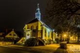 Een kerk in het dorpje Bad Bentheim in Duitsland in de nacht