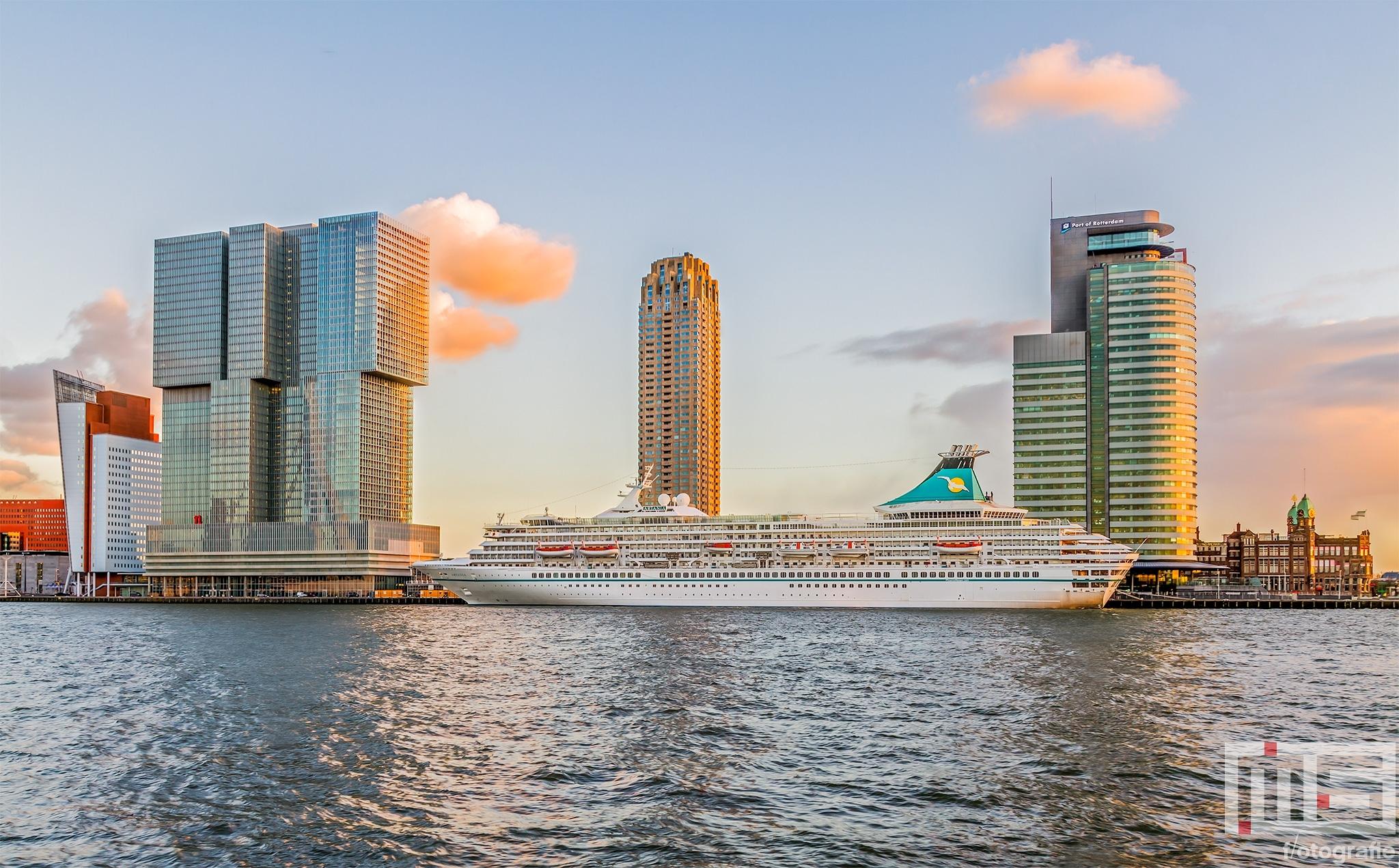 Het cruiseschip MS Artania aan de Cruise Port in Rotterdam