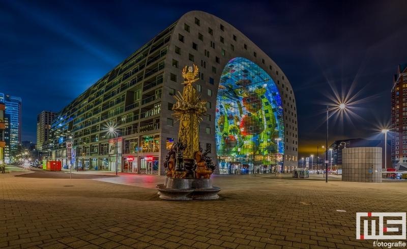 Te Koop | De Markthal in Rotterdam met op de voorgrond het Marten Toonder Monument