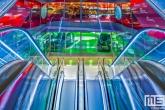 De kleurenpracht van het plafond en roltrappen in de Markthal in Rotterdam