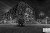 Te Koop | De Markthal in Rotterdam met op de voorgrond het Marten Toonder Monument in zwart/wit