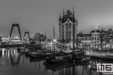 Te Koop | De Oude Haven in Rotterdam met het Witte Huis en Willemsbrug in zwart/wit