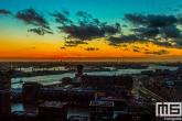 De zonsondergang in de havenstad Rotterdam vanaf de Euromast