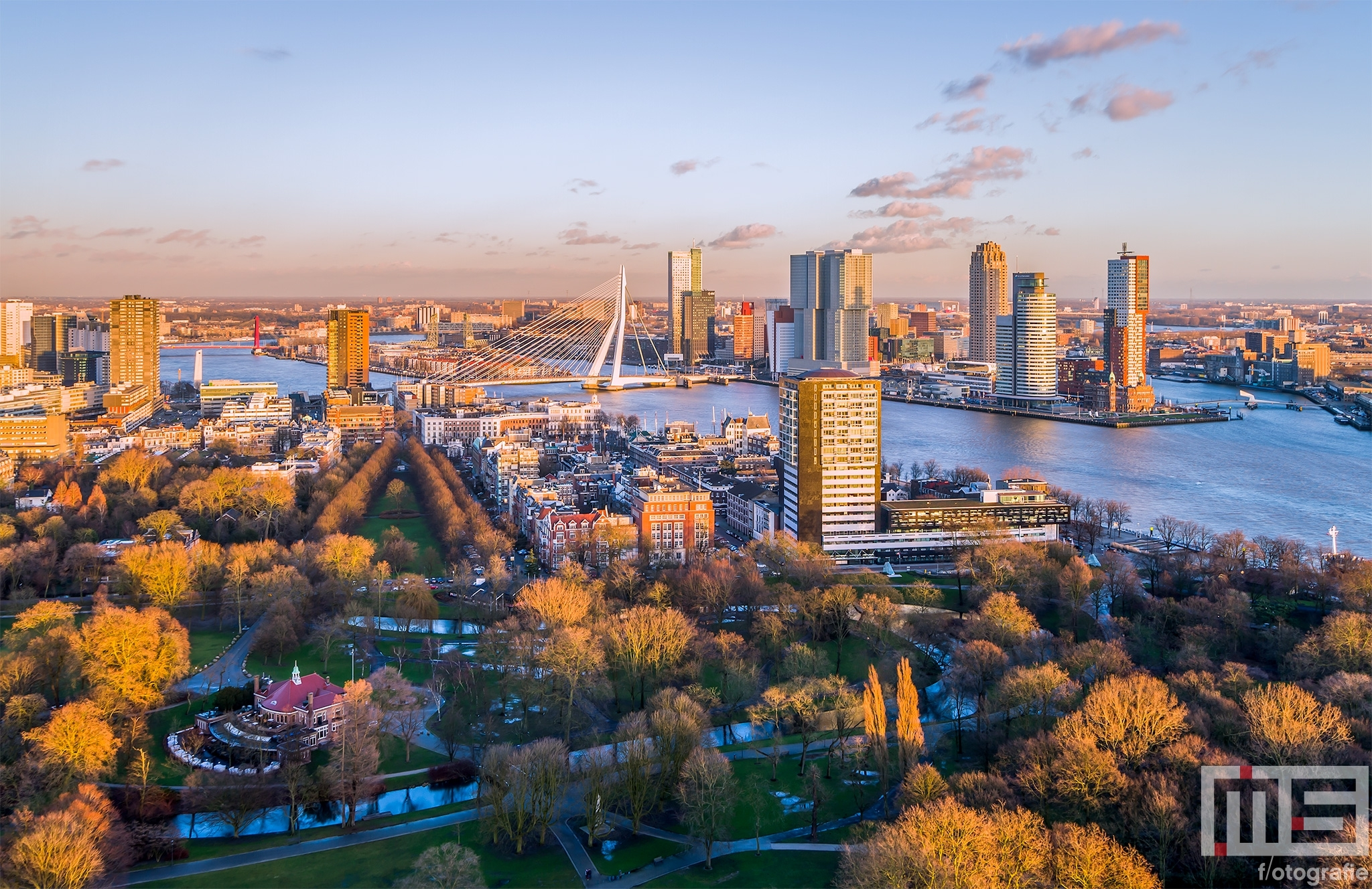 De skyline van Rotterdam tijdens de gouden zonsondergang in Rotterdam