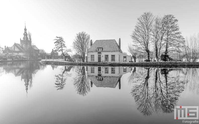 Te Koop | Het Veerhuis en de Grote Kerk in Rotterdam Overschie in de sneeuw in zwart/wit