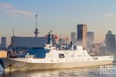 Het LPD 989 Changbaishan op de Maas in Rotterdam tijdens zonsopkomst