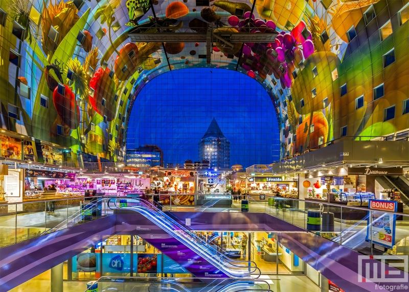 De Hoorn de Overvloed in de Markthal in Rotterdam in de avonduren