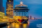 Te Koop | Het vooraanzicht van het Aida Prima aan de Cruise Terminal aan de Wilhelminapier in Rotterdam