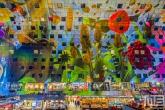 Het kleurige plafond van de Markthal in Rotterdam Centrum