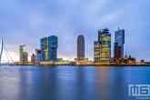De skyline van Rotterdam tijdens zonsopkomst op de Wilhelminapier vanuit de Veerhaven