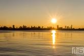 Te Koop | De zonsondergang aan de Kralingseplas in Rotterdam met de skyline op de achtergrond