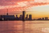 De zonsopkomst in Rotterdam met zicht op de Lloydkwartier en de Euromast