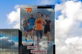 De Delftse Poort in Rotterdam met een levensgrote Marathonlopers sticker