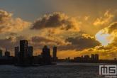 De Euromast en de Lloydkade tijdens zonsopkomst in Rotterdam