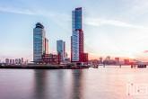 De Wilhelminapier in Rotterdam in tijdens de zonsopkomst
