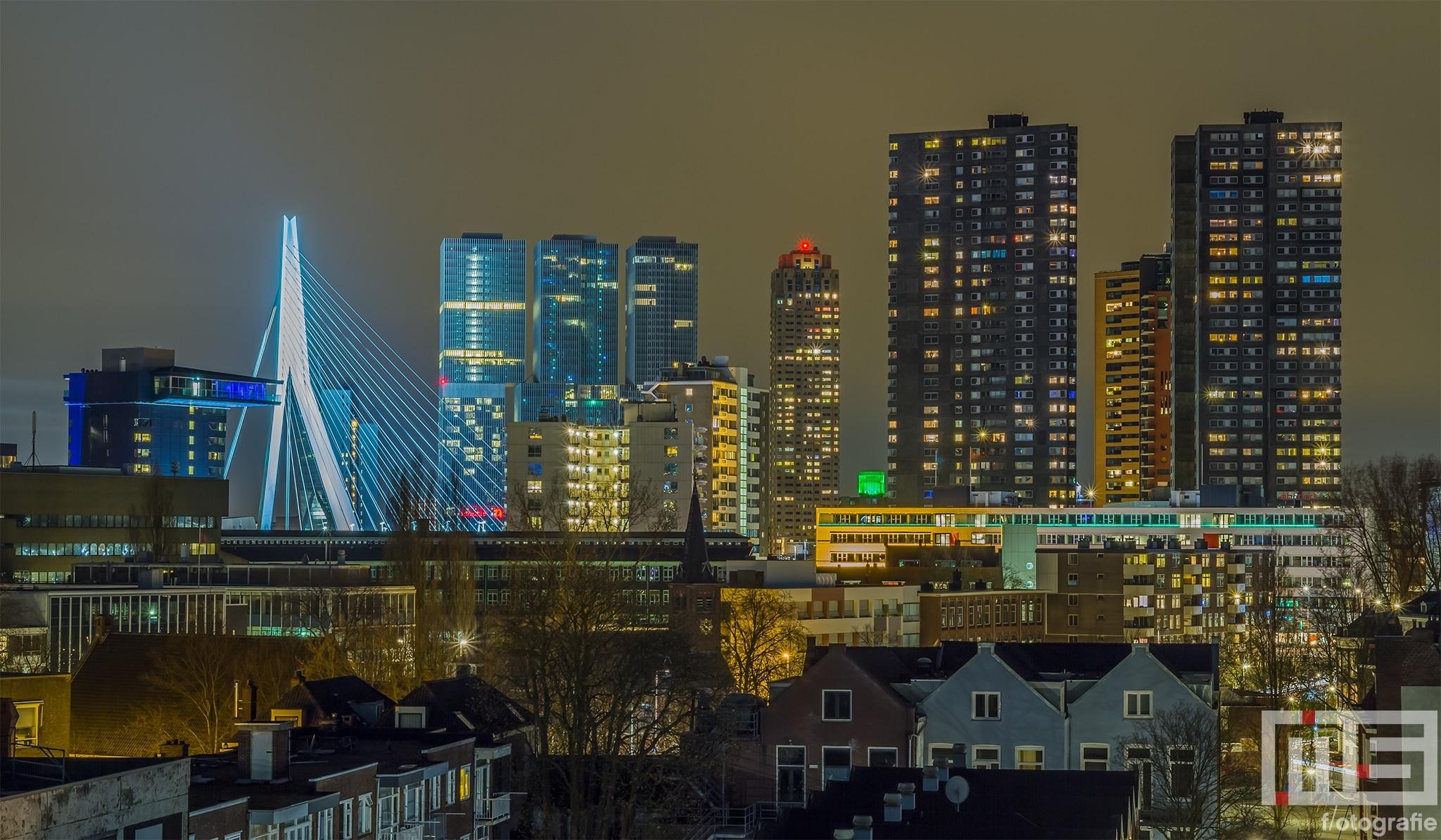 Het uitzicht op de Wilhelminapier met Erasmusbrug in Rotterdam by Night