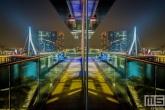 De Erasmusbrug gespiegeld in de ruiten van het Inntel Hotel in Rotterdam by Night