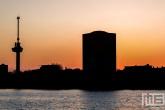 De zonsondergang met de Westerlaantoren en de Euromast in Rotterdam by Night