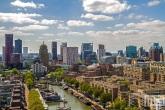 De skyline van Rotterdam met op de voorgrond het Haringvliet