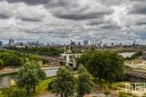 Donkere wolken boven de skyline van Rotterdam
