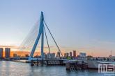 De zonsopkomst met de Erasmusbrug in Rotterdam