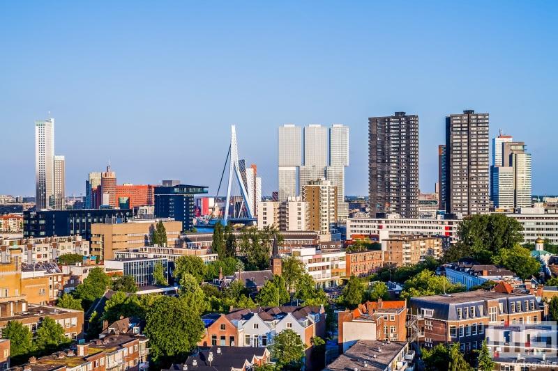 De skyline van Rotterdam met diverse gebouwen op de Wilhelminapier
