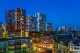 Het Calypso gebouw in Rotterdam Centrum tijdens blue hour