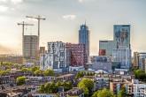 De Delftse Poort in Rotterdam met de Marathon Rotterdam lopers